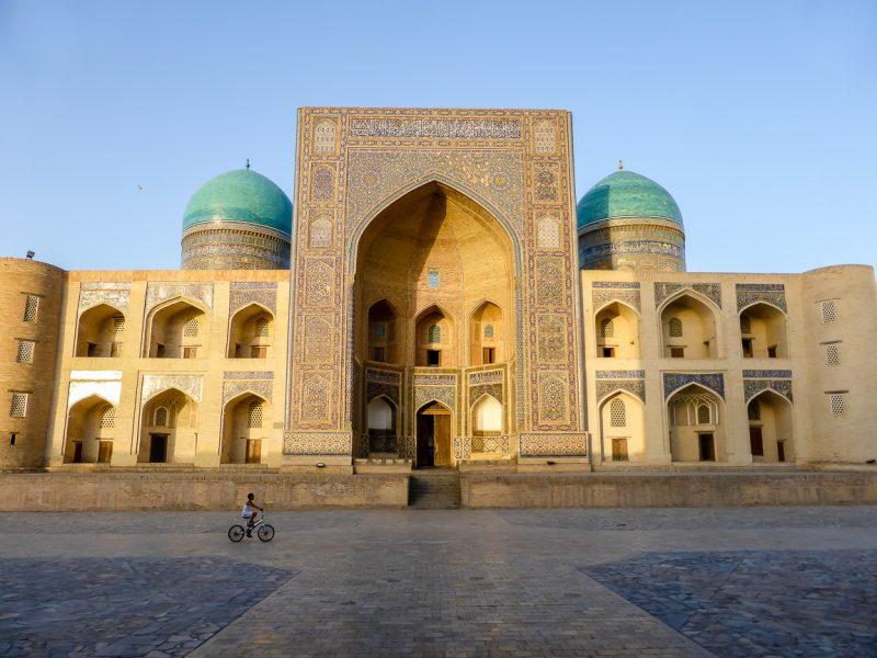 Fietsend jongetje in Bukhara, Oezbekistan