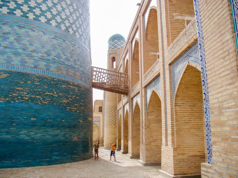Spelende jongetjes bij Kalta Minor in Khiva, Oezbekistan