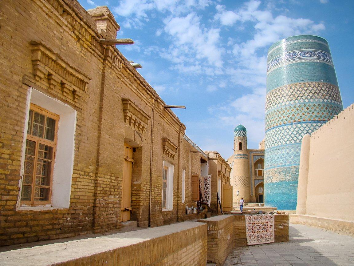 Straat bij Kalta Minor Minaret in Khiva, Oezbekistan