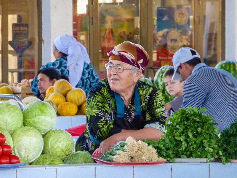 Vrouw op markt in Bukhara, Oezbekistan