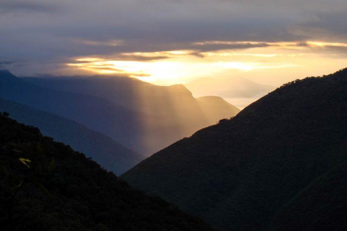 Zonsopgang over de Yungas tijdens El Choro trail, Bolivia