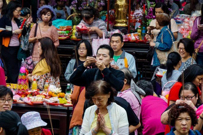 Biddende mensen in tempel in Taipei, Taiwan