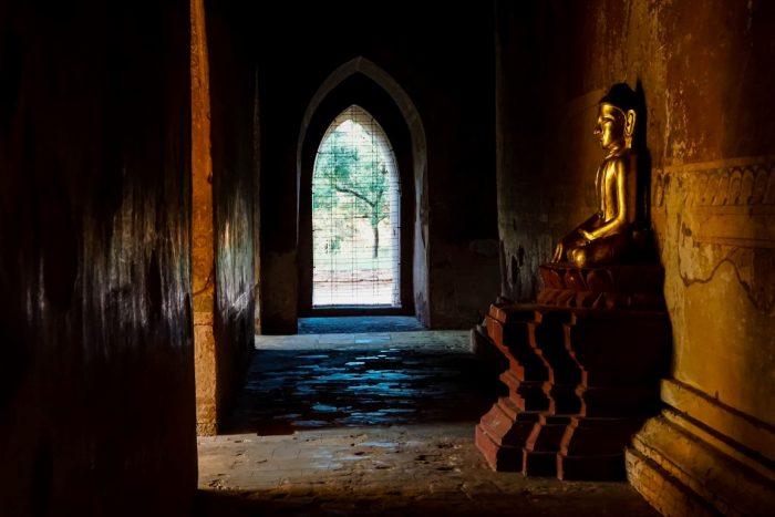Boeddhabeeld in tempel van Bagan Myanmar