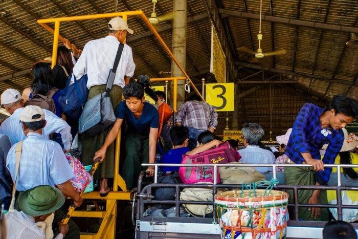 Instappen in truck naar Kyaiktyo Golden Rock, Myanmar