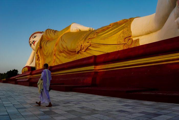 Liggende boeddha bij Maha Bodhi Tataung in Monywa, Myanmar