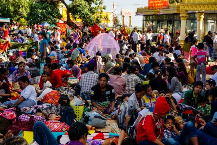 Mensenmassa bij Kyaiktyo Golden Rock, Myanmar