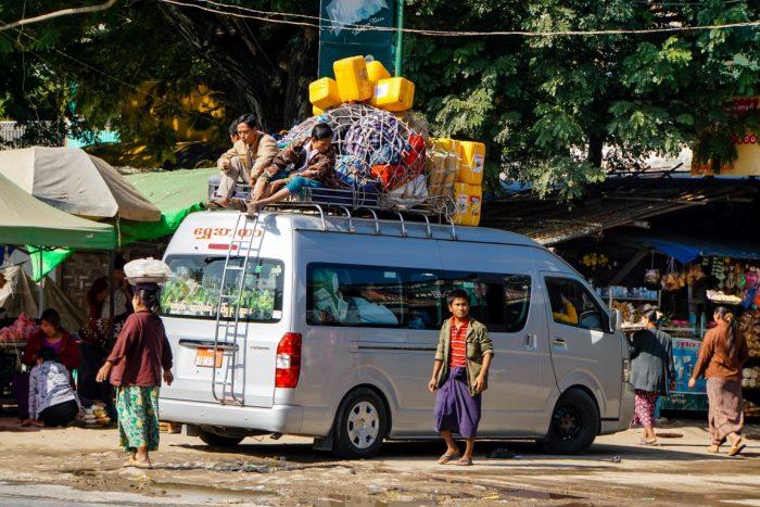 Minibus op weg naar Monywa, Myanmar