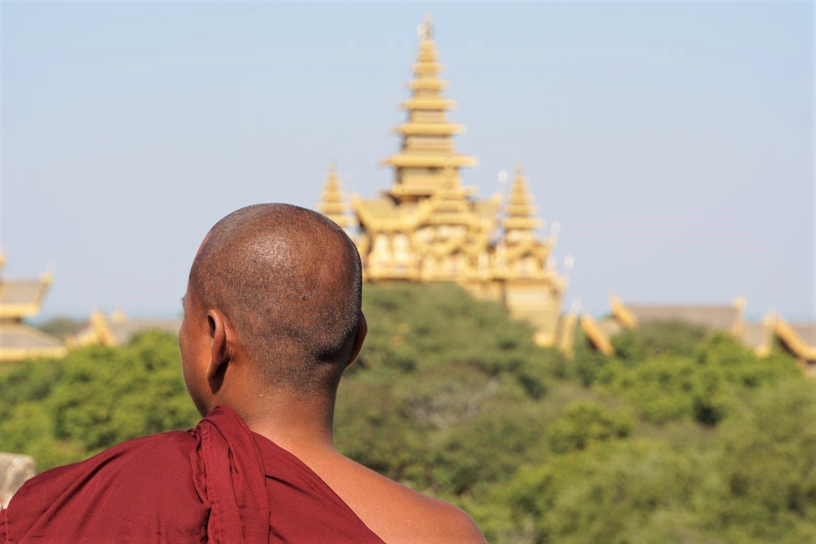 Monnik bij tempel in Myanmar