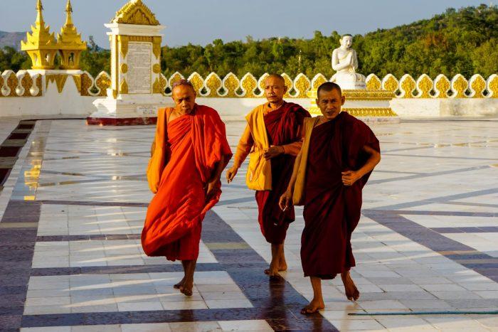 Monniken bij Maha Bodhi Tataung in Monywa, Myanmar