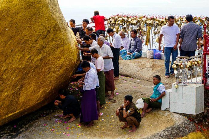 Pelgrims bij Kyaiktyo Golden Rock, Myanmar