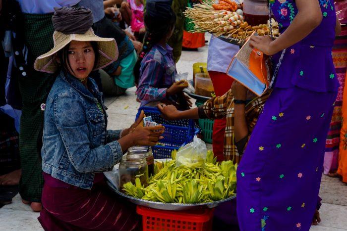 Verkopers bij Kyaiktyo Golden Rock, Myanmar