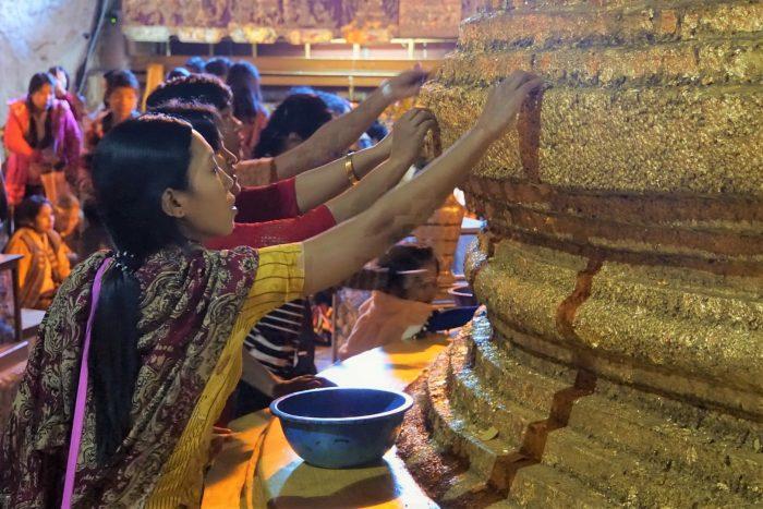 Vrouwen bij boeddhabeeld in Pindaya Myanmar