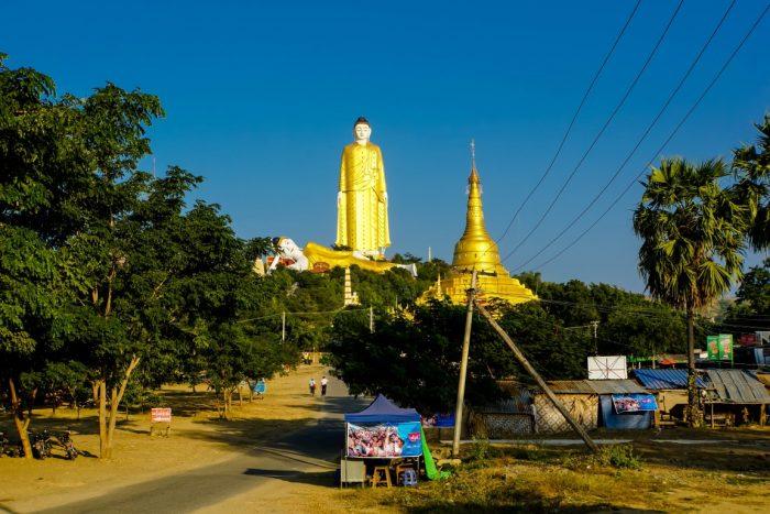 Weg naar Maha Bodhi Tataung in Monywa, Myanmar