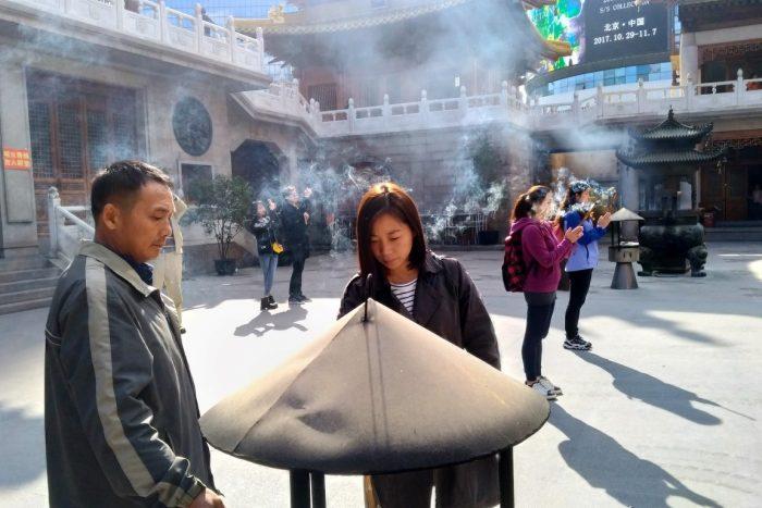 Wierook bij de Jing'an Temple in Shanghai, China