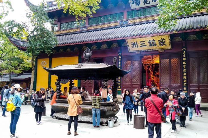 Mensen bij Lingyin tempel in Hangzhou, China