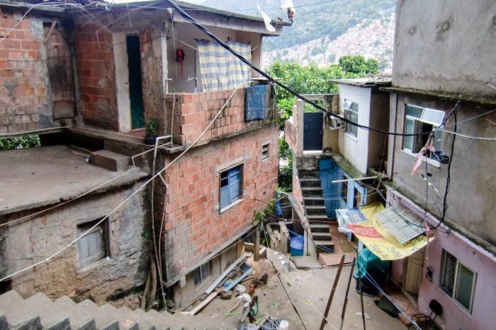 Straatje in fevala Rocinha in Rio de Janeiro, Brazilië