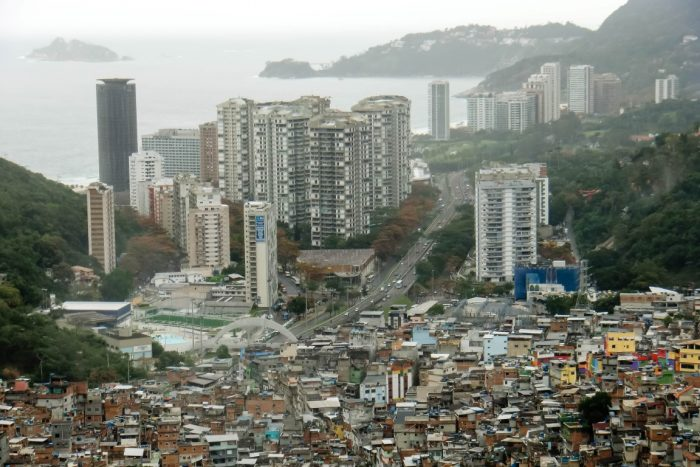 Uitzicht vanaf fevala Rocinha in Rio de Janeiro, Brazilië
