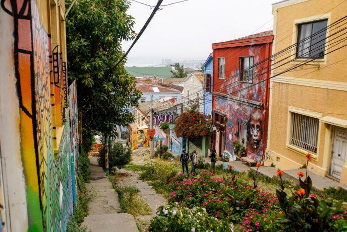 Een begroeide straat in Valparaiso, Chili