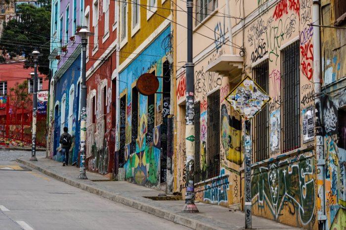 Een steile straat in Valparaiso, Chili