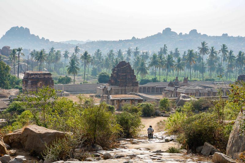 Het pad naar de Achyuta Raya tempel in Hampi, India