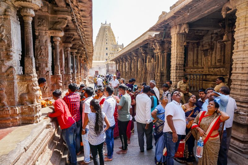 Indiase toeristen en pelgrims in de Virupaksha tempel in Hampi, India