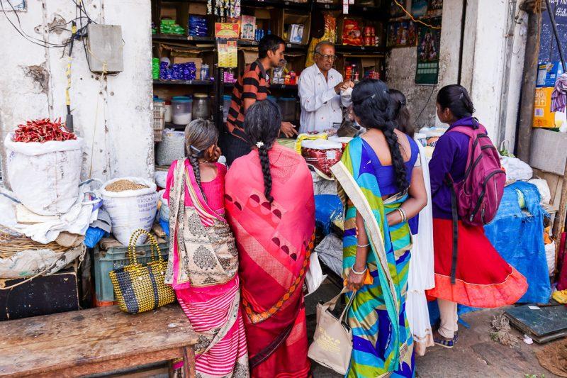 Vrouwen op de markt van Mysore, India