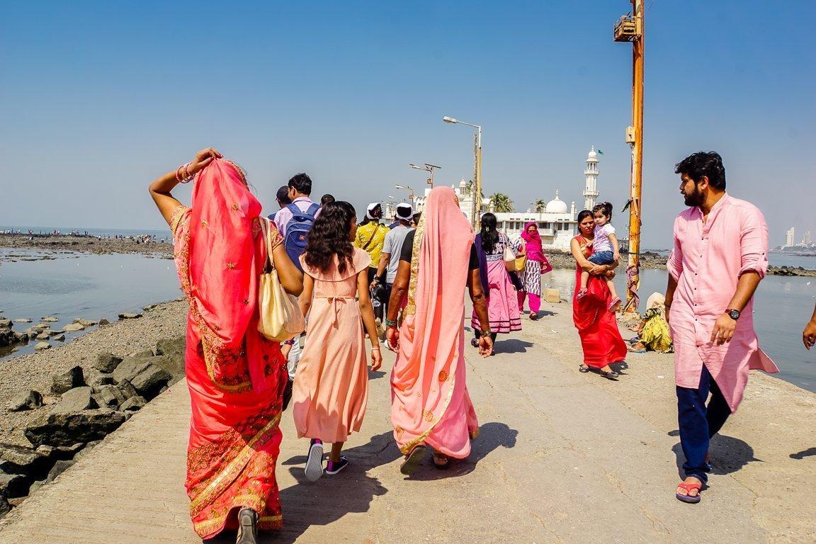 Vrouwen op weg naar de Haji Ali moskee in Mumbai, India