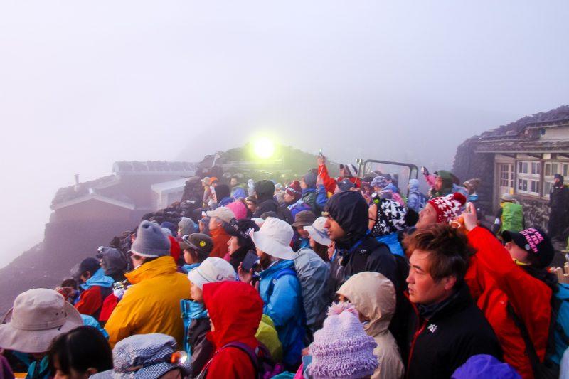 Drukte bij zonsopgang op Mount Fuji Fujisan, Japan