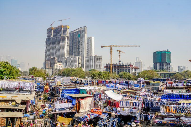 Uitzicht Dhobi Ghat vanaf Mahalaxmi treinstation in Mumbai, India