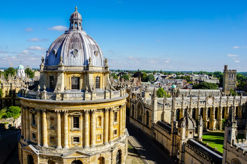 Uitzicht op Radcliffe Camera vanaf St Mary the Virgin in Oxford, Engeland