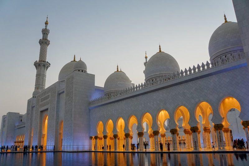 De Sheikh Zayed Grand Mosque in Abu Dhabi bij avondlicht