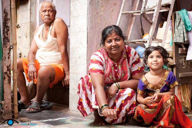 Gezin in sloppenwijk Dharavi in Mumbia, India