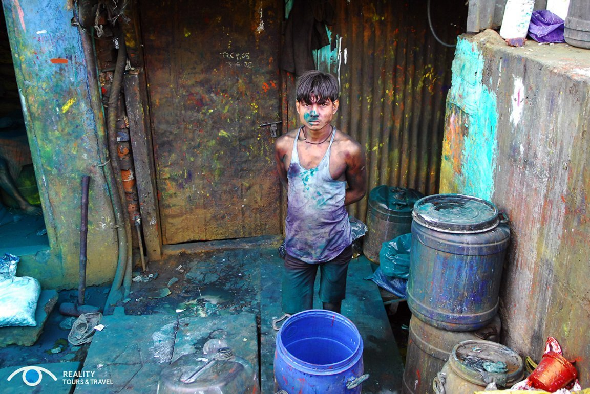 Jongen in sloppenwijk Dharavi in Mumbia, India