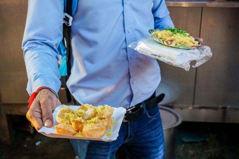 Sev puri op Chowpatty Beach tijdens street food tour door Mumbai, India