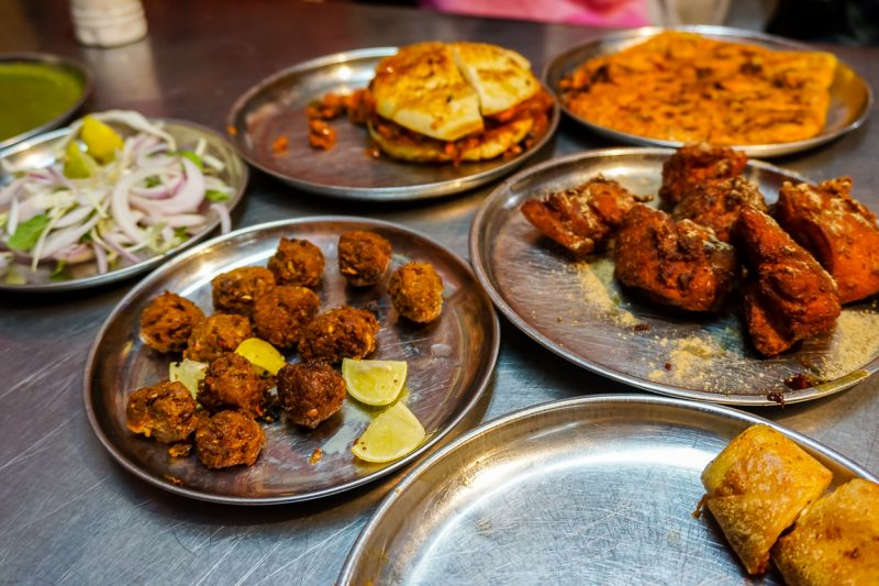 Street food op Mohammed Ali Road in Mumbai, India