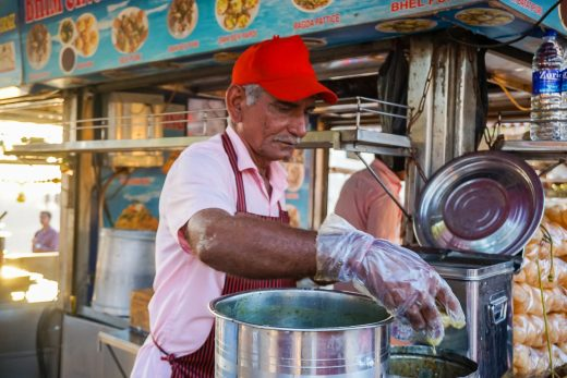 Verkoper op Chowpatty Beach bij street food tour door Mumbai, India