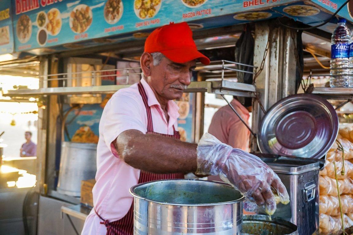Verkoper op Chowpatty Beach bij street food tour door Mumbai, India