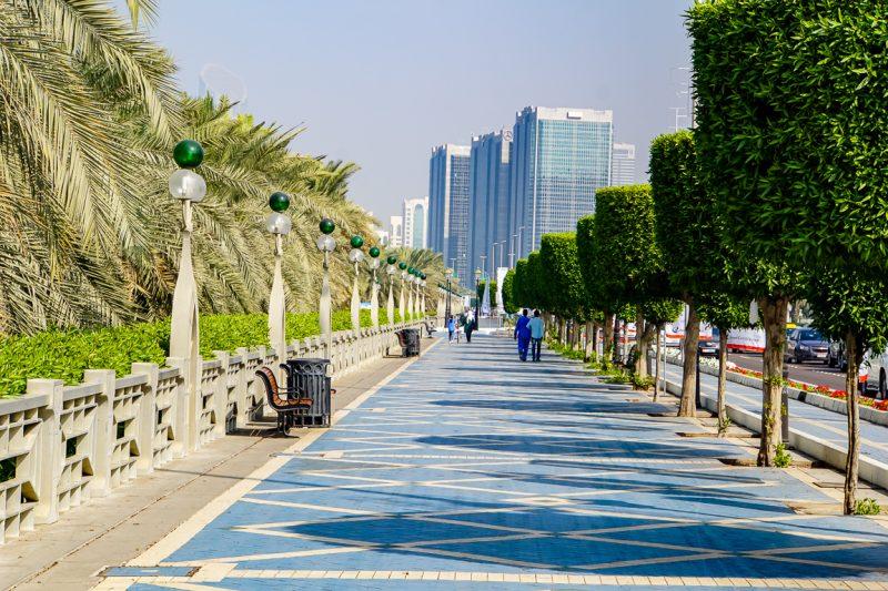 Wandelen over de corniche in Abu Dhabi
