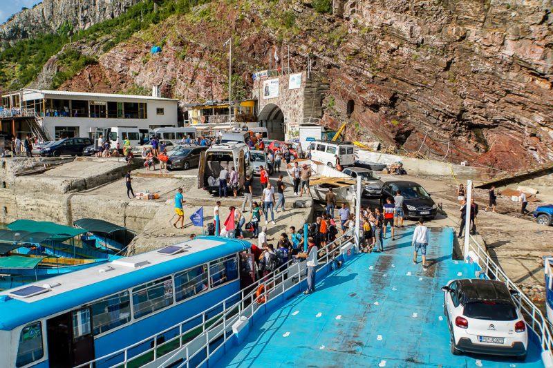 Drukte bij het inschepen van de ferry in Komani, Albanië