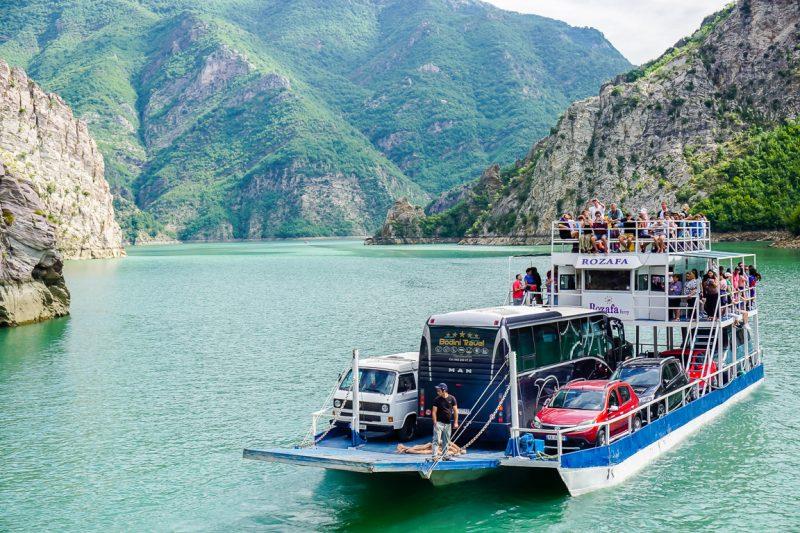 Ferry op het Komani Lake, Albanië