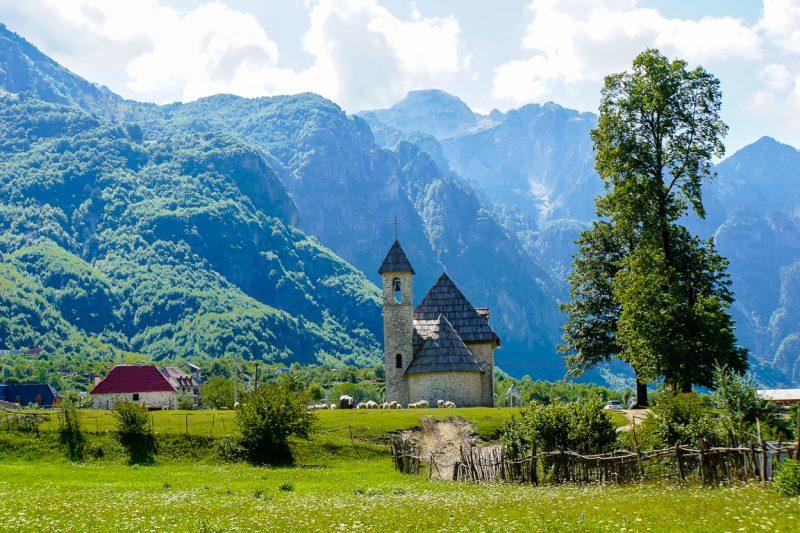 Het kerkje van Theth in de Albanese Alpen, Albanië