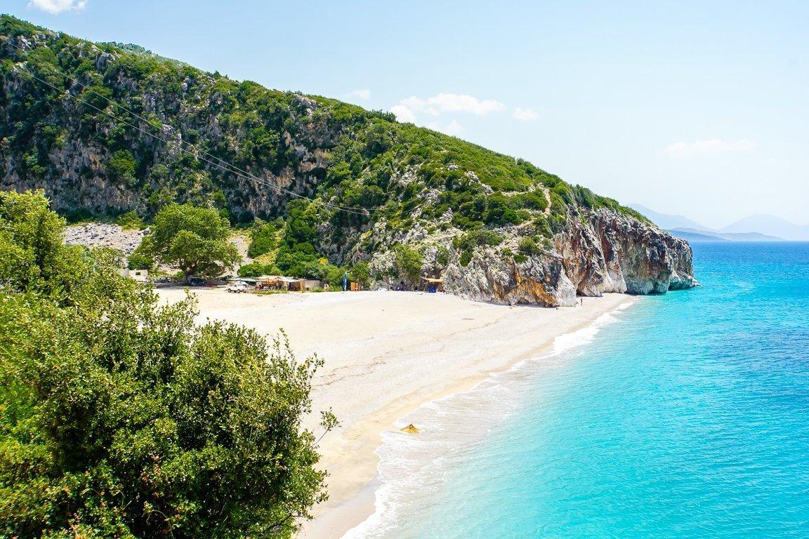 Het strand van Gjipe Beach in Albanië