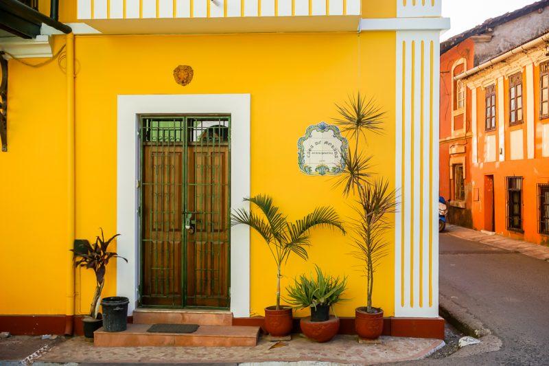 Kleurige koloniale huizen in Panjim in Goa, India