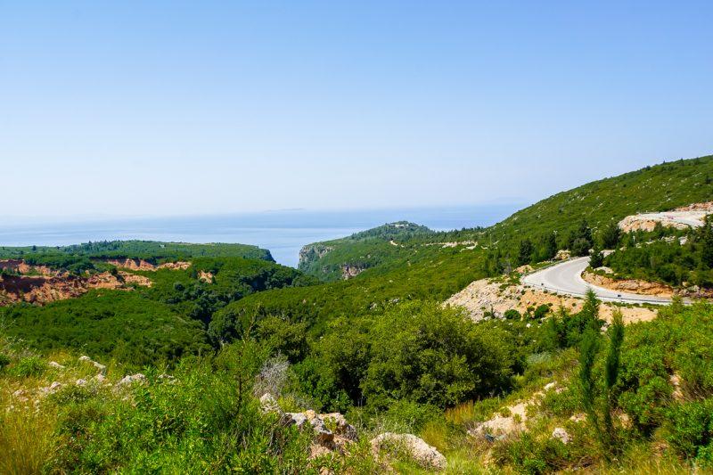 Kronkelende weg langs Albanese Riviera, Albanië