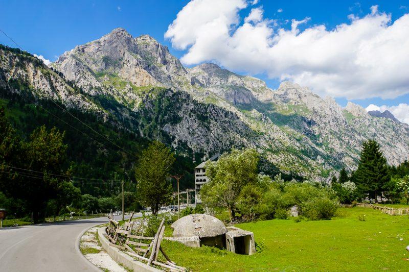 Oude bunker langs de weg in Valbona in de Albanese Alpen, Albanië