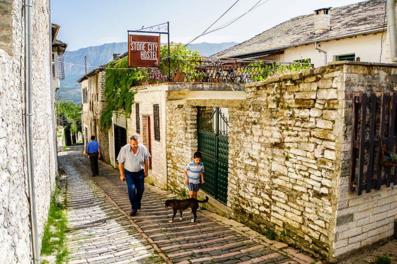Oude straat in Gjirokaster, Albanië