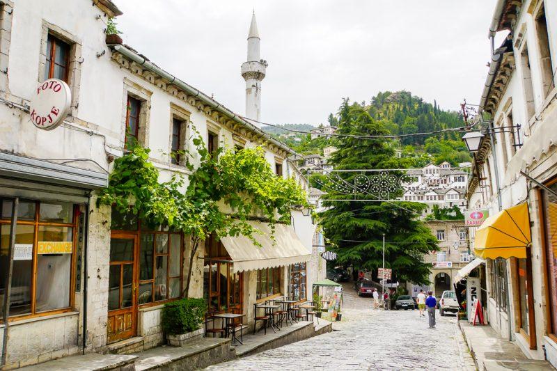 Straat in centrum van Gjirokaster, Albanië