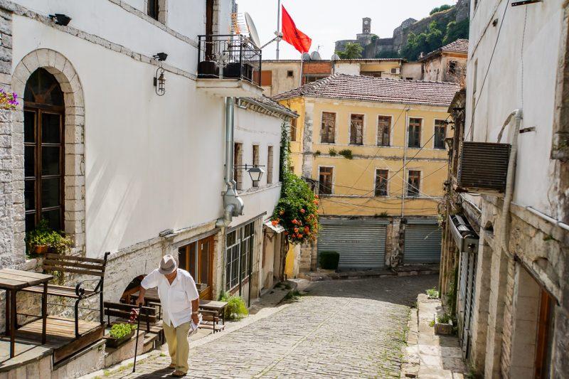 Straatje in Gjirokaster, Albanië