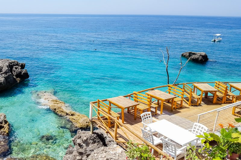 Terras bij Dhermi beach, Albanië
