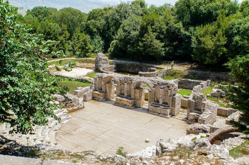 Uitzicht op het amfitheater van Butrint nabij Ksamil en Sarande, Albanië
